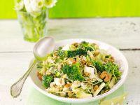Brokkolisalat mit Ei, Sprossen, Apfel und Nüssen Rezept
