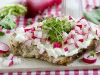 Brot mit Frischäse, Kresse und Radieschen Rezept