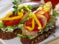 Brot mit Käsecreme, Gemüse und Putenaufschnitt
