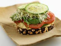 Brot mit Kichererbsenaufstich, Gemüse und Sprossen Rezept