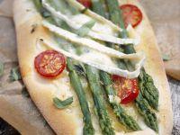 Brotfladen mit grünem Spargel, Cherrytomaten und Brie Rezept