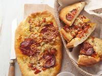Brotfladen mit Paprikawurst (Focaccia al salame)