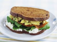 Brotsandwich mit Rührei und Lachs Rezept