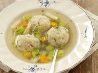 Brühe mit Fischbällchen und Gemüse Rezept