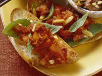 Bruschetta mit Pinienkernen und Basilikum