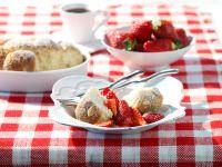 Buchteln mit gezuckerten Erdbeeren Rezept