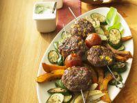 Buletten-Spieße mit buntem Gemüse Rezept