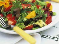 Bunter Blattsalat mit Früchten