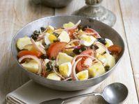 Bunter Kartoffelsalat mit Tomaten, Eiern und Oliven Rezept