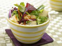 Bunter Salat mit Äpfeln und Walnüssen Rezept