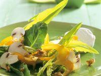 Bunter Salat mit Champignons und Frischkäse Rezept