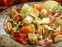 Bunter Salat mit Muscheln und Ei