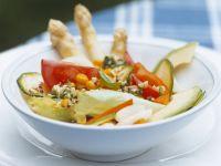 Bunter Salat mit Zucchini, Spargel, Mais und Avocado Rezept