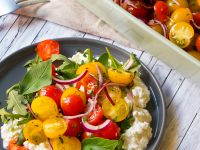 Bunter Tomatensalat auf körnigem Frischkäse Rezept