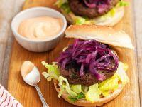 Burger mit Karamellzwiebeln und Cocktailsauce Rezept
