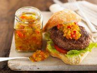 Burger mit Relish aus Paprika und Gurke