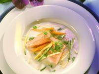 Buttermilchsuppe mit Lachsforelle und Gemüsejulienne Rezept