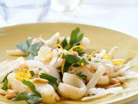 Calamari-Salat mit Petersilie und Pinienkernen Rezept