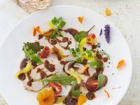 Carpaccio vom Spanferkel mit Balsamico und essbaren Blüten Rezept