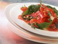 Carpaccio vom Thunfisch mit gegrilltem Tomaten und Rucola Rezept