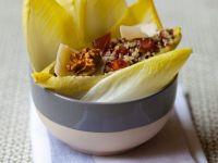 Chicoree mit Quinoa, Nüssen und Käse Rezept