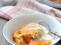 Cobbler mit Pfirischen und Joghurtsoße