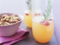 Cocktails mit Cranberries und Rosmarin & Schälchen mit Nüssen Rezept