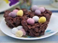 Cornflakes-Nest mit Zuckereiern