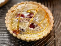 Cranberry-Orangen-Tortelett mit Karamellgarnitur Rezept