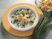 Cremige Suppe mit Kräutern und Croutons Rezept