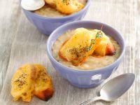 Cremige Zwiebelsuppe mit Käsebrot Rezept