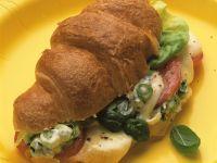 Croissant-Sandwich mit Tomaten, Käse und Kräutern Rezept