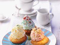 Cup-Cakes mit bunten Sahnehäubchen Rezept
