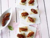Datteln mit Olivencreme und Crackern Rezept