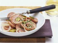 Deftiger Wurstsalat mit Essiggurken und Zwiebeln Rezept