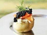 Delikate Kartoffel mit geräucherter Forelle und Kaviar Rezept