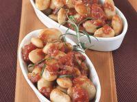 Dicke Bohnen mit Tomatensoße und Rosmarin Rezept