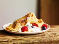 Dünne Pfannkuchen mit Joghurtfüllung Rezept