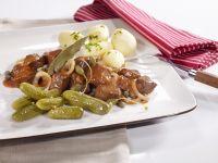 Eintopf auf westfälische Art (Pfefferpotthast) mit Kartoffeln und Gewürzgurken Rezept