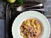 Eintopf mit Schweinfleisch, Wirsing und Apfel Rezept