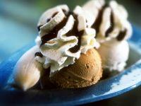 Eis mit Banane, Sahne und Schokosauce