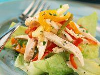 Eisbergsalat mit Hähnchenbrust und Paprikagemüse Rezept
