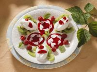 Eischneeklößchen mit Früchten Rezept