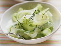 Eiskalter Gurken-Joghurt-Salat mit Dill Rezept