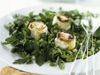Erbsen-Bohnen-Salat mit Kräutern und gebackenem Ziegenkäse Rezept