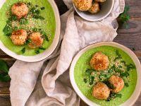 Erbsen-Minz-Suppe mit Reis-Sesam-Bällchen