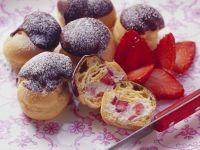 Erdbeer-Profiteroles mit Schokohäubchen Rezept