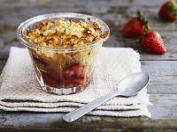 Erdbeer-Rhabarber-Crumble mit Kokos Rezept