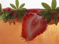Erdbeerbowle mit Waldmeister Rezept