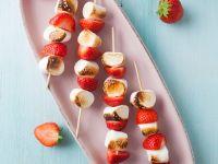 Erdbeerspieße mit Marshmallows Rezept